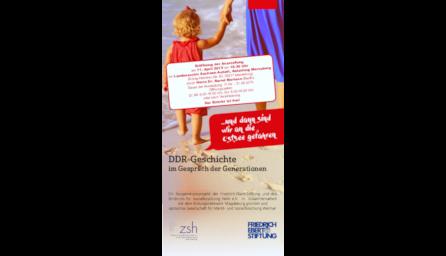 Titelseite des Flyers zur Ausstellung, ein kleines Kind an der Hand einer Frau, beide laufen am Strand